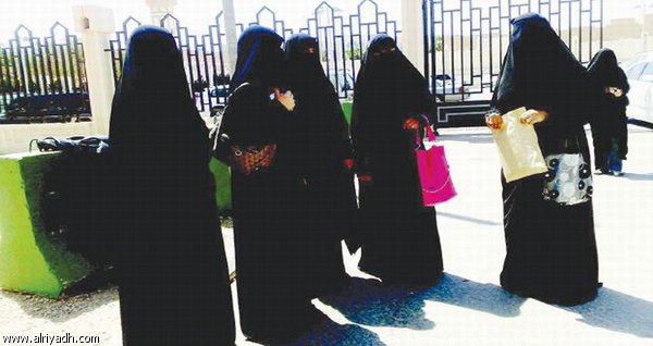 أمهات متزوجات من أجانب يبحثن عن حل أمام مدخل القسم النسائي في الأحوال المدنية