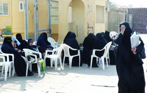 مراجعات يجلسن في إحدى ساحات الجوازات بجدة (مكة)